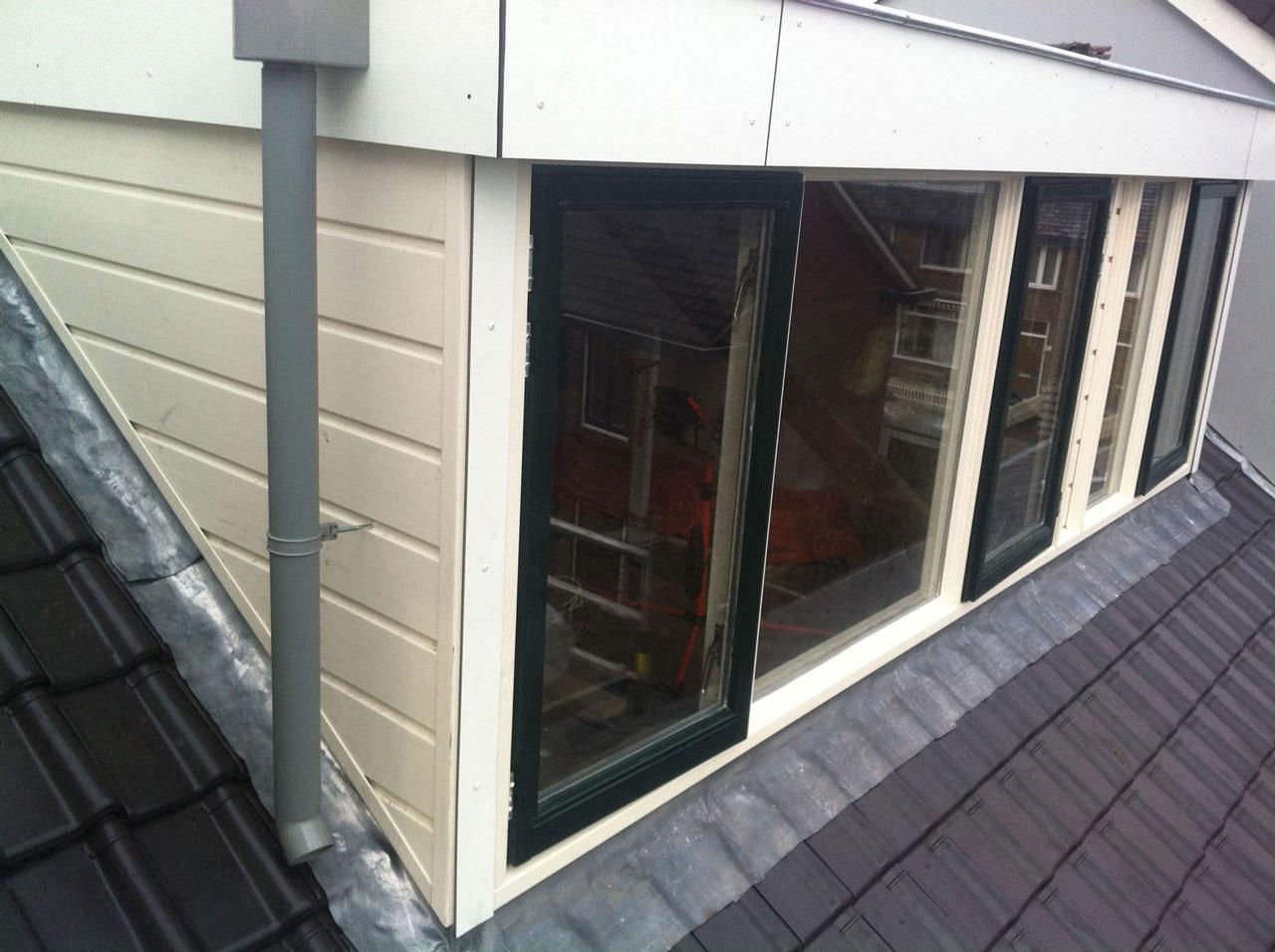 Dakrenovatie dakkapel geplaatst in Delft.