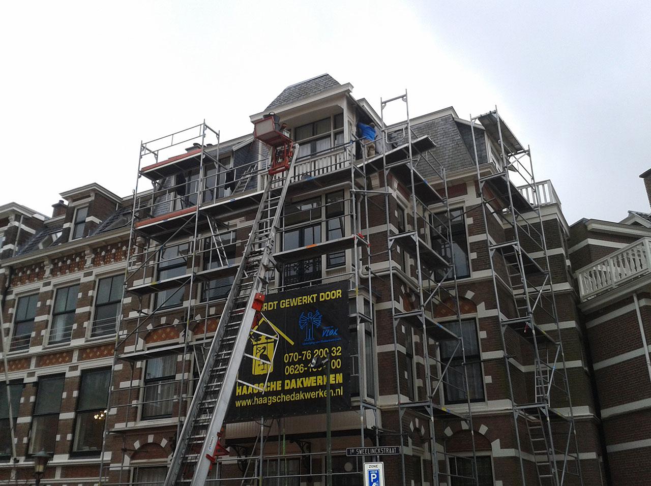 Compleet leien dak vervangen inclusief zinken goten van bitumen daken