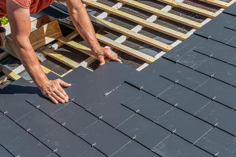 Leisteen dak plaatsen