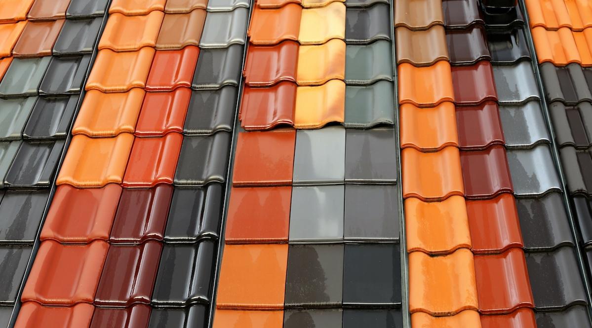 Verschillende soorten dakpannen vervangen